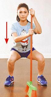 Step.2 屈膝往下深蹲,想像身體後方有椅子、臀部往後坐下的感覺,注意膝蓋不超過腳尖。