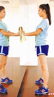 Step.1 站於玻璃前,雙腳打開與肩同寬,雙手扶抹布貼窗戶或玻璃上。