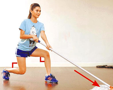 Step.3 上身不動,下蹲至兩膝蓋夾角呈90度。同時拖把往前移動拖地,下蹲時停約5-10秒,再回步驟1,重複步驟1-3往前移動拖地的動作。